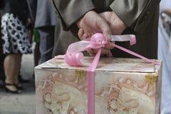 Gastholding-Hochzeitsgeschenk Stockbild
