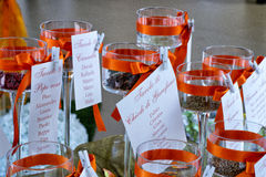 Gastnamenkarten an den Hochzeitsrestauranttischen Lizenzfreies Stockbild