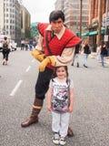 Gaston och en ung flicka på Disneyland Paris Royaltyfria Bilder
