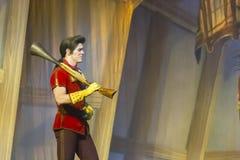 Gaston Walks avec une arme à feu Image stock