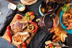 Gastos indirectos de la tabla de cena Deliciosos clasificada asados a la parrilla me asan a la parilla Fotografía de archivo