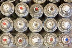 Gastos indirectos de las latas de la pintura de espray en línea imagenes de archivo
