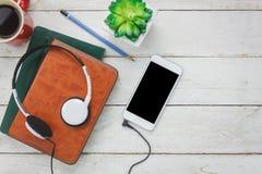 Gastos indirectos de los instrumentos de música y del concepto del fondo de la tecnología Varios objetos en el escritorio de ofic Foto de archivo libre de regalías