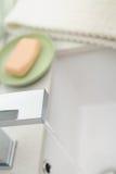 Gastos indirectos de un golpecito moderno corriente del cuarto de baño Imagen de archivo