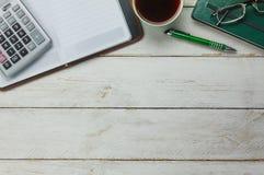 Gastos indirectos del concepto del fondo de la tabla del escritorio de oficina de negocios de los accesorios Foto de archivo