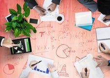Gastos indirectos del equipo del negocio con garabatos de madera rojos del panel y de la matemáticas Fotografía de archivo