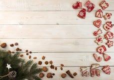 Gastos indirectos del fondo del día de fiesta del Año Nuevo de la Navidad Gingerbre rojo Imagenes de archivo