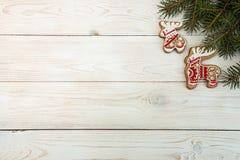 Gastos indirectos del fondo del día de fiesta del Año Nuevo de la Navidad Gingerbre rojo Imagen de archivo libre de regalías