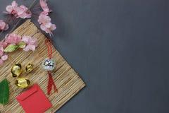 Gastos indirectos del top los artículos importantes de los ornamentos para el concepto chino feliz del fondo del Año Nuevo Fotografía de archivo libre de regalías