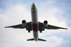Gastos indirectos inferiores que vuelan de Boeing 777 Imagenes de archivo
