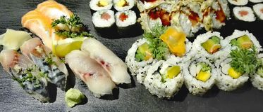 Gastrónomo del sushi en una placa de la pizarra fotos de archivo libres de regalías