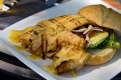 Gastrónomo, pechuga de pollo asada a la parrilla con la ensalada Foto de archivo libre de regalías