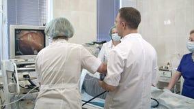 Gastroenterologistdoktorer med utförande gastroscopy för sond arkivfilmer