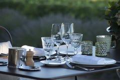 Gastronomía-restaurante - lujo - terraza en verano - viñedo Fotos de archivo libres de regalías
