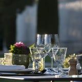 Gastronomía-restaurante - lujo - terraza en verano - viñedo Foto de archivo libre de regalías