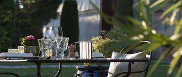 Gastronomi-restaurang - lyx - terrass i sommar - vingård Royaltyfri Bild