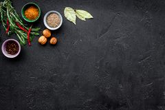 Gastronomi som är kulinarisk Hemligheter av smaklig disk Krydda och kryddor Jordningskryddor, rosmarin, chilipeppar på svart Arkivfoton