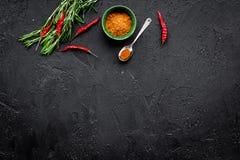 Gastronomi som är kulinarisk Hemligheter av smaklig disk Krydda och kryddor Jordningskryddor, rosmarin, chilipeppar på svart Arkivbilder