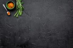 Gastronomi som är kulinarisk Hemligheter av smaklig disk Krydda och kryddor Jordningskryddor, rosmarin på svart bakgrundsöverkant Arkivbilder