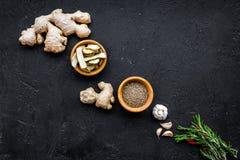 Gastronomi som är kulinarisk Hemligheter av smaklig disk Krydda och kryddor Rosmarin ingefära, chilipeppar på svart bakgrund Royaltyfria Bilder