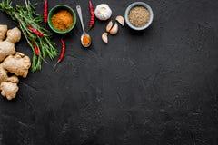 Gastronomi som är kulinarisk Hemligheter av smaklig disk Krydda och kryddor Rosmarin ingefära, chilipeppar på svart bakgrund Arkivfoton