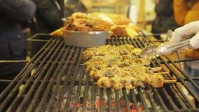 Gastronomie, carne arrostita appetitosa del fest dell'alimento della via Fornello che prepara un pasto archivi video