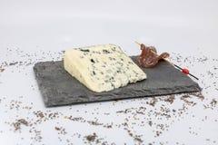 Gastronomie francese che assaggia il formaggio ed il charcuterie del latte della pecora su un vassoio dell'ardesia fotografie stock