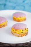 Gastronomie molecolare Pani tostati farciti con le uova e la schiuma della lecitina Fotografia Stock