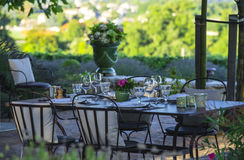 Gastronomie-Restaurant - Luxus - Terrasse im Sommer - Weinberg stockfoto