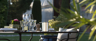 Gastronomie-Restaurant - Luxus - Terrasse im Sommer - Weinberg Lizenzfreies Stockbild