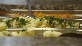 Gastronomiebereich, gekochter Reis, Kartoffeln, Dill, köstliches, panoramisches Schießen stock video