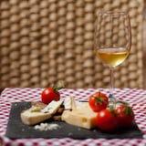 Gastronomisch: assortiment van heerlijke Franse kaas en glas witte wijn stock foto's