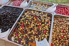 Gastronomisch assortiment van ingelegde olijven in het Italiaans markt stock afbeelding