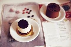 Gastronomisch chocoladedessert in een restaurant, koffie Het koken, een boek van desserts, snoepjes stock afbeeldingen