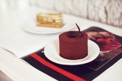 Gastronomisch chocoladedessert in een restaurant, koffie Het koken, een boek van desserts, snoepjes stock afbeelding