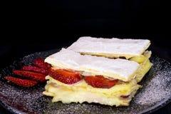 Gastronomisch die aardbeibladerdeeg op zwarte achtergrond wordt geïsoleerd royalty-vrije stock foto