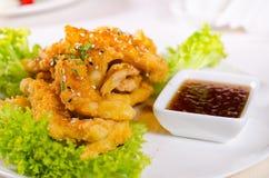 Gastronomisch Fried Chicken Meat met Hete Onderdompeling royalty-vrije stock afbeelding