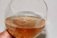 Gastronomisch gemberbier in wijnglas stock foto's