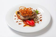 Gastronomisch geroosterd vlees met geroosterde groentenpeper, ui en groen stock foto's