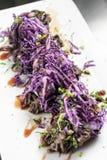 Gastronomisch gestoofd rundvlees met de gemarineerde schotel van de rode koolzuurkool in Duitsland royalty-vrije stock afbeeldingen