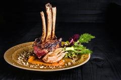 Gastronomisch Hoofdvoorgerechtcursus Geroosterd rek van lam Stock Afbeelding