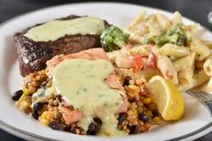 Gastronomisch lapje vlees en zeevruchtendiner stock foto's