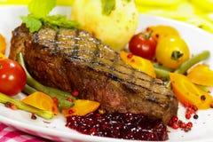 Gastronomisch Lapje vlees met Slabonen, de Tomaat van de Kers, Cranb stock afbeelding