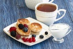 Gastronomisch Ontbijt - kwarkpannekoeken, syrniki, gestremde melkfritters met framboos, aardbei, bosbes, Blackberry stock foto
