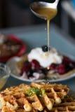 Gastronomisch ontbijt van smakelijke wafels Stock Foto