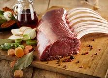 Gastronomisch rek van rood vlees en ingrediënten aan boord royalty-vrije stock foto