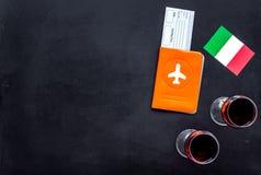 Gastronomisch toerisme Italiaanse voedselsymbolen Paspoort en kaartjes dichtbij Italiaans vlag en glas rode wijn op zwarte royalty-vrije stock afbeeldingen