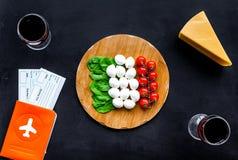 Gastronomisch toerisme Italiaanse voedselsymbolen Paspoort en kaartjes dichtbij Italiaans voedsel zoals kaas, tomaat, wijn op zwa royalty-vrije stock afbeeldingen