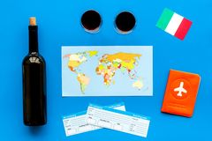 Gastronomisch toerisme Italiaanse voedselsymbolen Paspoort en kaartjes dichtbij Italiaanse vlag, fles rode wijn, kaart van royalty-vrije stock afbeeldingen