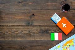 Gastronomisch toerisme Italiaanse voedselsymbolen Paspoort en kaartjes dichtbij Italiaanse vlag, fles rode wijn, kaart van stock foto's